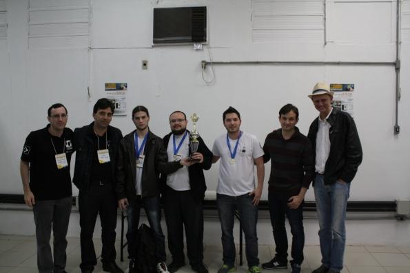 Equipe vencedora e professores do Univem